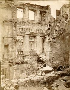 Photographie de la façade du château en ruines, Inconnu © Musée des Avelines