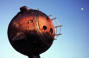 """Vaisseau spatial? """"étrange sculpture"""" photographiée à Vitry par Daniel Bourgniat"""