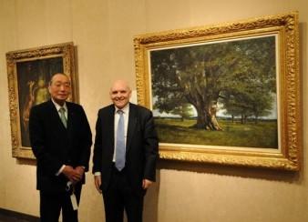 Son ancien propriétaire, Michimasa  Murauchi et  Claude Jeannerot, le président du conseil général du Doubs devant le tableau de Courbet © conseil général du Doubs