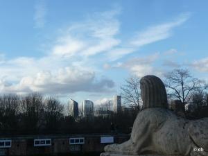 Parc de Bagatelle, vue sur les tours de la Défense des marches du Trianon © db