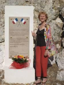 Abèle-France Ataroff à côté de la Stèle érigée à Valfrèges en hommage à sa mère et elle-même © A-F. Ataroff