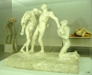 """Camille Claudel, """"L'Âge mur"""" (1894-1895). En arrière-plan deux sculptures de Berlinde de Bruyckere © db"""