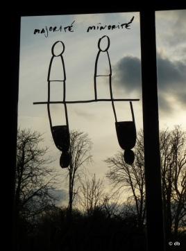 Dan Perjovisch, intervention sur les vitres du Palais de la Porte dorée, janv.2014 © db