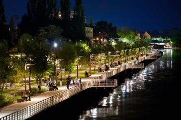 Vue de nuit de l'esplanade aménagée pour les piétons sur la rive droite du lac d'Allier © E. Lattes
