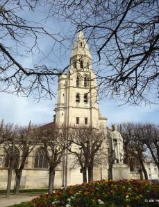 La collégiale Notre-Dame de Poissy avec la tour-porche et la statue de Saint Louis © db