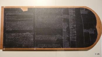 Tablette de cire de Jean de Sarrazin, chambellan de Saint-Louis, chargé d'inscrire au quotidien les dépenses du roi et de la cour en déplacement. Coll. Archives nationales © SCN AN/ Photo db