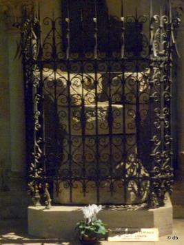Les fonts baptismaux où Saint-Louis aurait été baptisé © db