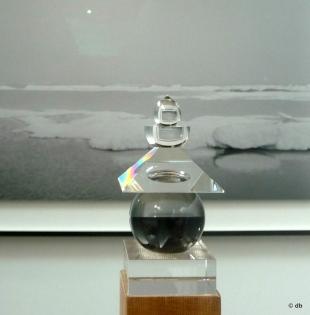 """Petite pagode (gorinto) à 5 anneaux représentant les 5 éléments : la terre, l'eau, le feu, l'air, le vide… Pour Sugimoto, elle est """"la borne qui nous indique le chemin du retour, vers un paysage de mer dénué de présence humaine, enfermé dans une sphère de verre optique"""" © db"""