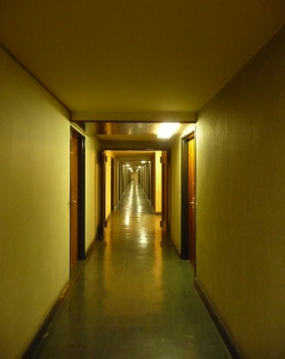 Dans un couloir de la Cité internationale des arts © db
