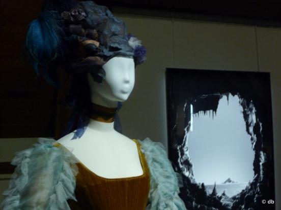 """Invitation au rêve… un costume de scène Adrienne Lecouvreur (2012) avec au fond """"Installation, obsession"""", photographie de Grégoire Alexandre (2012) © db"""