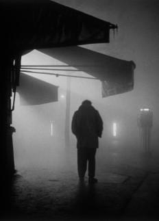 """Homme dans le brouillard"", Paris 1951© sabine Weiss"