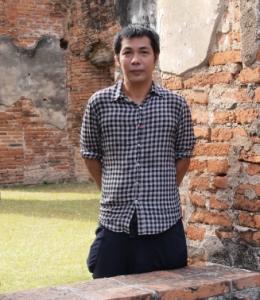Arin Rungjang dans les ruines d' Ayutthaya. Image courtesy of the artist.