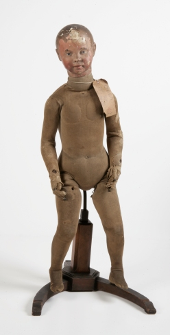 Anonyme, France Mannequin, « Enfant n°98 », milieu du 19ème siècle, Bois, métal, coton, rembourrage en crin de cheval et tête en papier mâché © Hamilton Kerr Institute, Fitzwilliam Museum, Cambridge/ photo : Chris Titmus