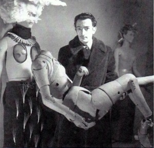 "Denise Bellon (1902-1999) ""Salvador Dali portant un mannequin d'artiste"" (le chauffeur du « Taxi pluvieux »), Exposition internationale du surréalisme, Paris 1938 © Les films de l'Equinoxe – Fonds photographique Denise Bellon, Paris"