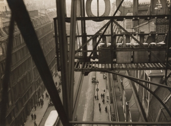 Rue Auber à Paris, vers 1928/The Museum of Modern Art, New York © Estate Germaine Krull, Museum Folkwang, Essen.