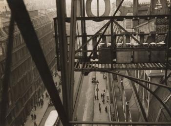 Rue Auber à Paris, vers 1928/The Museum of Modern Art, New York © Estate Germaine Krull, Museum Folkwang, Essen.