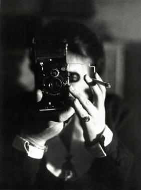Germaine Krull, Autoportrait à l'Icarette Vers 1925 / Centre Pompidou, Paris. Musée national d'art moderne/Centre de création industrielle. © Estate Germaine Krull, Museum Folkwang, Essen.