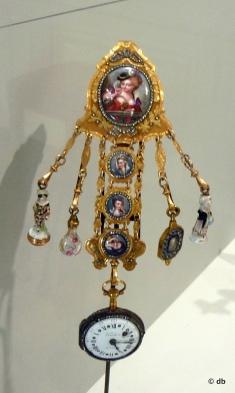 """""""Chatelaine portant montre et breloques"""" (or émaillé, porcelaine, verre) © Rmn/musée de la Renaissance"""
