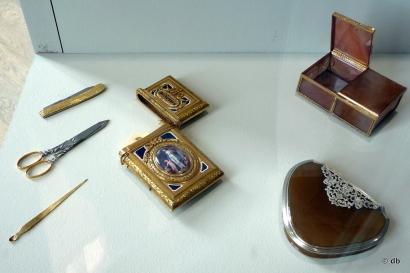 Nécessaire de poche (or émaillé, acier et ivoire) et boites à mouches (agate et argent) © Rmn/musée de la Renaissance/photo db