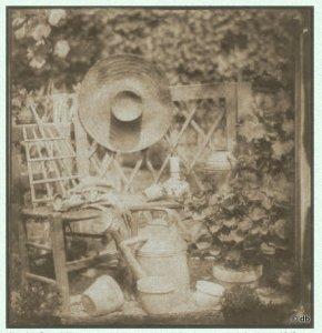 """Hippolyte Bayard, """"Nature morte au chapeau avec chaise, instruments de jardinage"""", 1842 © Société française de photographie"""
