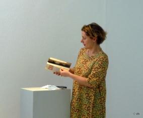 Silvia guerra avec un exemplaire du livre Crackers d'Ed Ruscha au MBA de Dole/ Photo db