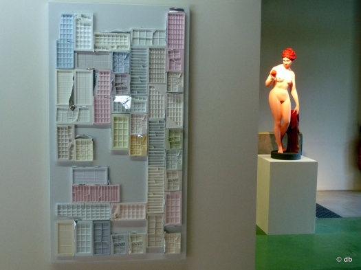 """Rubén Grilo, """"Chocolate Mouds""""/ en arrière plan """"Eve"""", Hans Peter Feldman/photo db"""