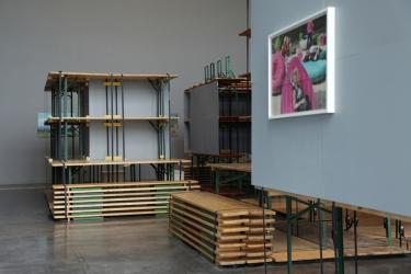 """""""Microscopie du banc"""", -Vue d'exposition (Galerie), avec une photographie de Mathieu Mercier © Aurélie Cenno"""