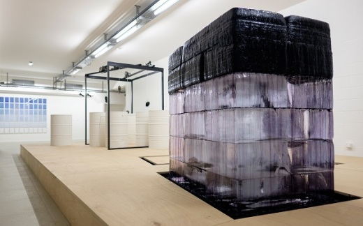"""Jeremy Laffon, """"Circuit Fermé"""" /au fond, """"D/H"""" de Gustavo Millon © fondation-François-Schneider"""