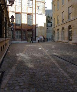 Le Crédit Municipal Paris, cour Théophraste Renaudot avec au sol le tracé de l'enceinte Philippe Auguste, au fond la tout et à droite la Galerie © DR