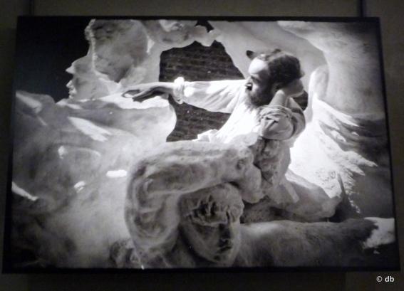 Bourdelle juché dans le plâtre du Monument des Combattants 1901© Musée Bourdelle/Roger Viollet - Photo db